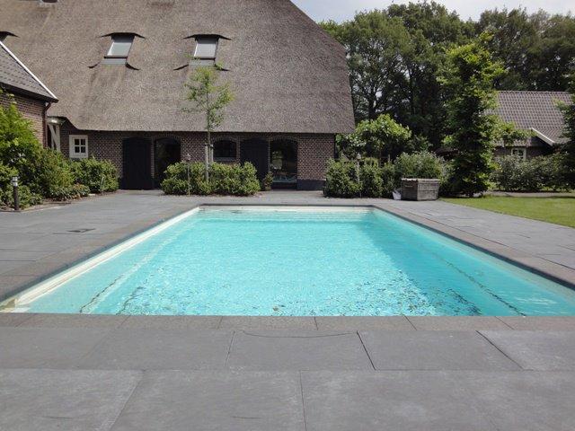 zwembad in de tuin coriens